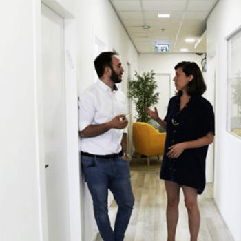 שיחה בין שני עובדים